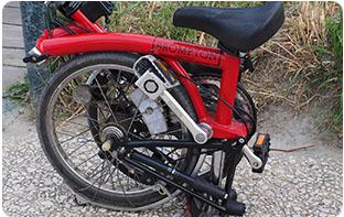 Vélo pliant facilite le stockage en soute