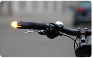 Poignées clignotantes sur vélo pliant